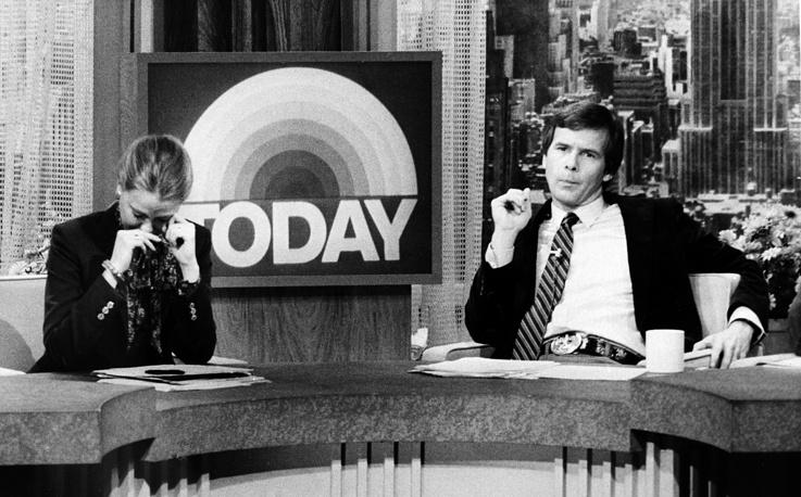 Стоп-кадр из новостного сюжета телеканала NBC, где диктор (слева) заплакала, когда сообщала телезрителям об убийстве Джона Леннона, 1980 г.