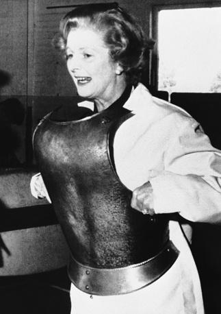 В 1959 году впервые была избрана в парламент от Консервативной партии.  На фото: Тэтчер примеряет средневековые доспехи в учебном центре Midland Group в городе Ковентри (графство Уэст-Мидлендс), сентябрь 1978 года