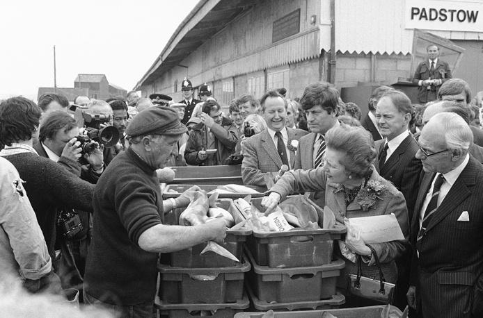 Покинув пост главы правительства, Тэтчер в течение двух лет была депутатом палаты общин. На фото: Маргарет Тэтчер общается с рыбаками в деревне Падстоу (графство Корнуолл), 20 мая 1983 года