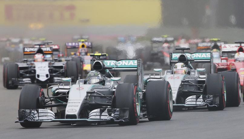Пилот команды Mercedes Нико Росберг (на первом плане)