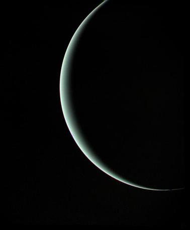 25 января 1986 года космический аппарат NASA Voyager 2 пересек орбиту Урана и прошел в 81 500 км от поверхности планеты. Аппарат провел изучение структуры и состава атмосферы Урана, обнаружил 10 новых спутников, изучил уникальные погодные условия и исследовал систему колец. На фото: первый снимок Урана, сделанный аппаратом Voyager 2, 25 января 1986 года