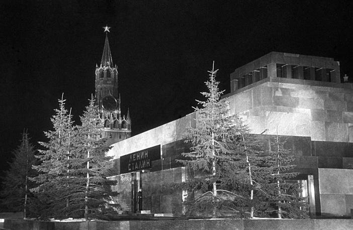 В мае 1937 года было принято решение установить новые звезды, т. к. старые потускнели. Новые звезды стали меньше (от 3 до 3,75 м между концами лучей) и были выполнены из рубинового стекла с внутренней подсветкой. Детали внешнего контура и художественного узора покрыты позолотой. На фото: Красная площадь, 1954 год