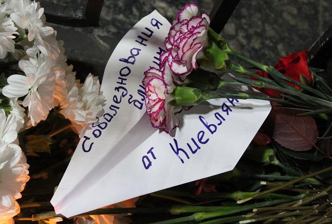 Цветы в память о погибших пассажирах самолета Airbus A321 у посольства России в Киеве