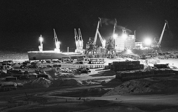 На фото: полярная ночь над Дудинским портом, 1989 год