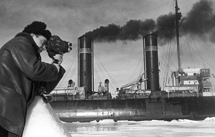 "На фото: кинооператор Марк Трояновский снимает ледокол ""Ермак"" с членами экспедиции Ивана Папанина на борту, 1938 год"