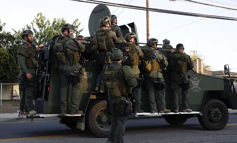 Сотрудники полиции на месте преступления в Сан-Бернардино, Калифорния, где были убиты подозреваемые в нападении на центр помощи людям с ограниченными возможностями, 3 декабря
