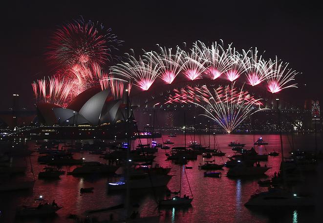 Сидней. Австралия. 1 января 2016. Салют над Сиднейским оперным театром и мостом Харбор-Бридж.