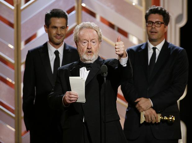 """Саймон Кинберг, Ридли Скотт и Майкл Шефер получают награду за фильм """"Марсианин"""", победивший в категории """"Лучший комедийный фильм или мюзикл"""""""