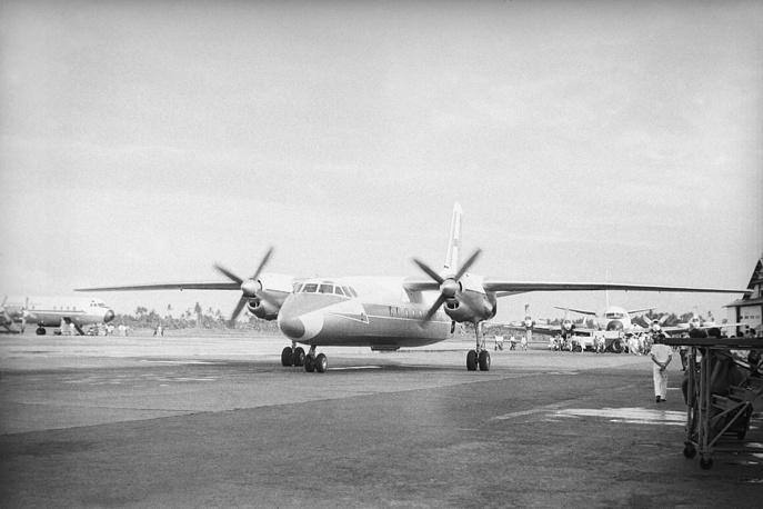 Самолет Ан-24 в международном аэропорту Кемайоран (Индонезия, Джакарта), 1965 год