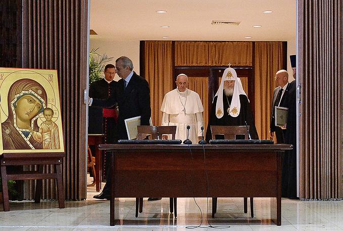 Папа римский Франциск и патриарх Московский и всея Руси Кирилл во время встречи в международном аэропорту имени Хосе Марти