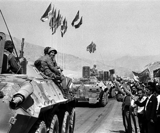 Последние подразделения советских войск, дислоцировавшихся в Кандагаре, покидают южную провинцию и следуют в направлении госграницы СССР. Афганистан, 1988 год
