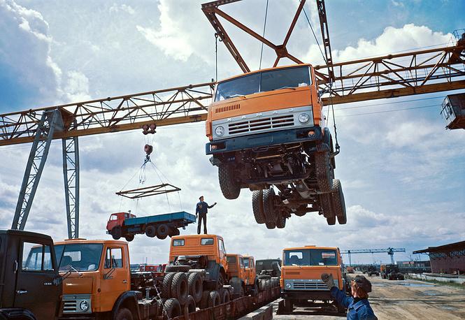 На фото: грузовая площадка КамАЗа, 1982 год