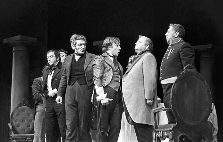 """Сцена из спектакля """"Ревизор"""" в театре Сатиры, 1972 год"""
