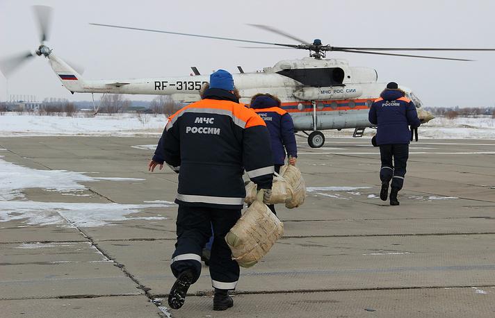 Во время тренировки авиаторов Хабаровского авиационно-спасательного центра и спасателей Дальневосточного регионального поисково-спасательного отряда МЧС России по применению дистанционной вертолетной системы дробления льда и уничтожения ледовых заторов