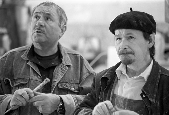Эрнст Неизвестный со своим помощником Анатолием Гробовым, 1990 год