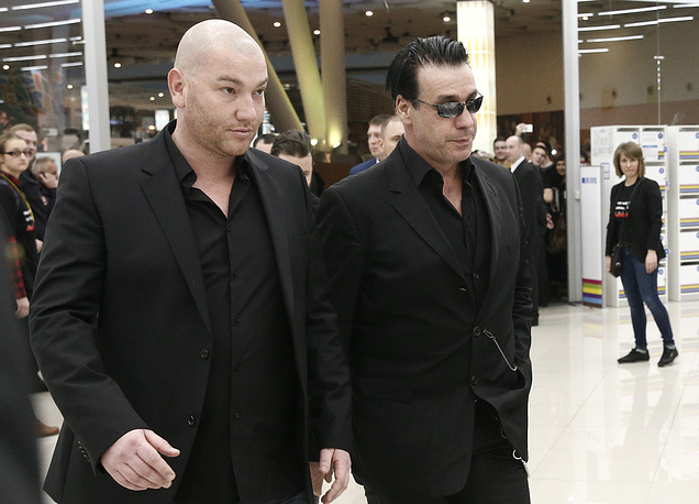 Солист немецкой группы Rammstein Тилль Линдеманн (справа)