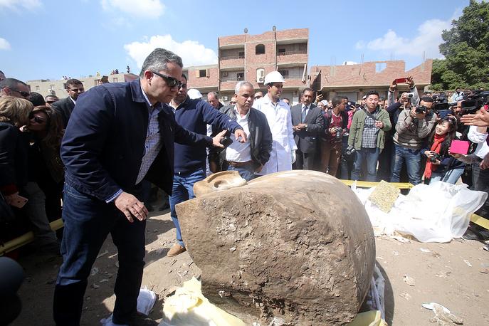 Египетский министр по вопросам древностей Халед Энни (слева)
