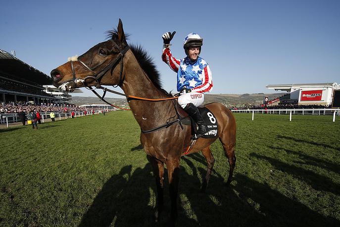 Ирландский жокей Ноэль Фэйли празднует победу в гонке Queen Mother Champion Chase второго дня фестиваля