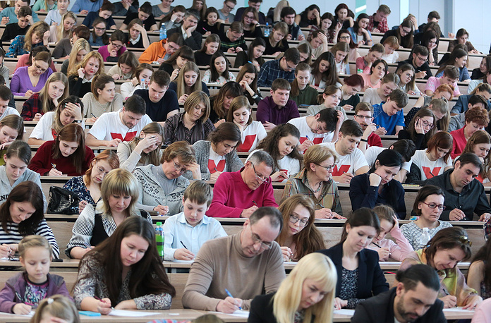 """Участники ежегодной образовательной акции """"Тотальный диктант"""" в Новосибирском государственном университете"""
