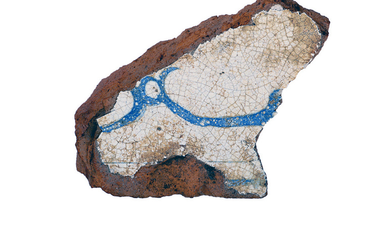Фрагмент гладкого расписного изразца, XVIII век