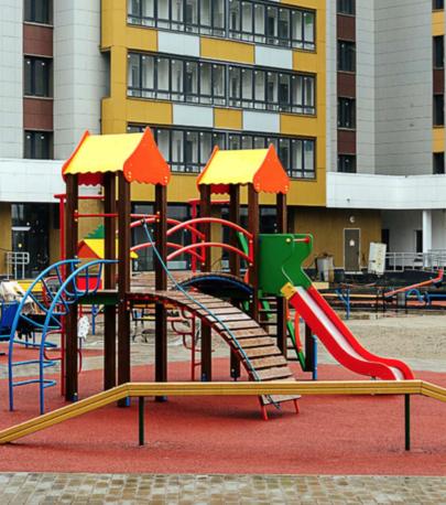 Современные детские площадки с безопасным резиновым покрытием оборудованы качелями, горками, спортивными снарядами – всем необходимым для игр и развлечений на воздухе
