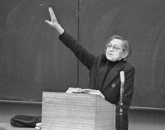 Профессор Е.П. Кучборская читает лекцию,1987 год