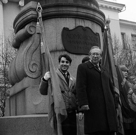 Декан факультета журналистики МГУ Ясен Засурский (справа) на церемонии посвящения в журналисты,1987 год