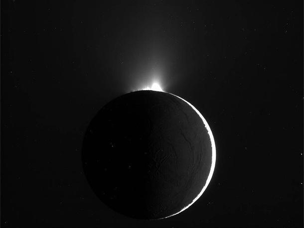 Энцелад, шестой по размеру спутник Сатурна, открытый астрономом Уильямом Гершелем в 1789 году