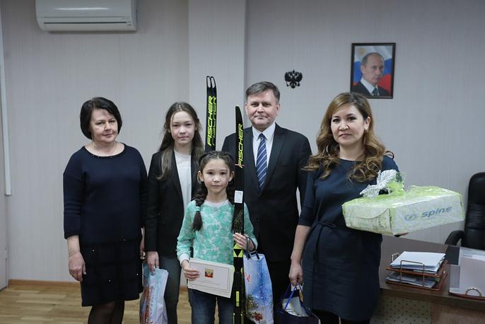 Две школьницы изЧелябинска получили новогодние подарки от Путина