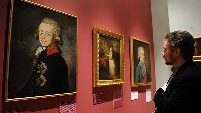 Посетитель у портрета императора Павла I работы Жан-Луи Вуаля