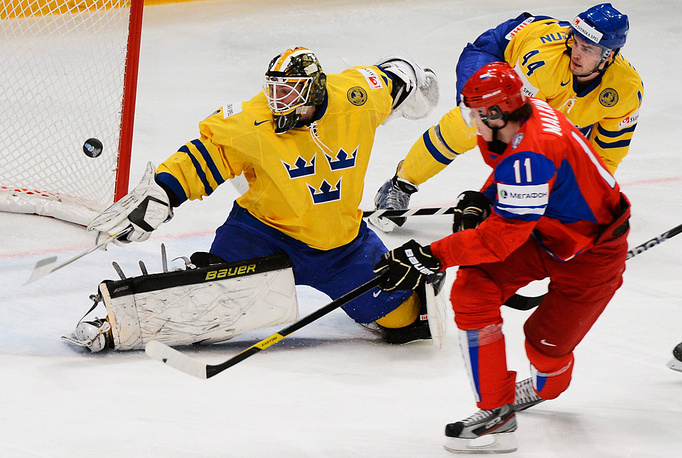 Евгений Малкин у ворот сборной Швеции