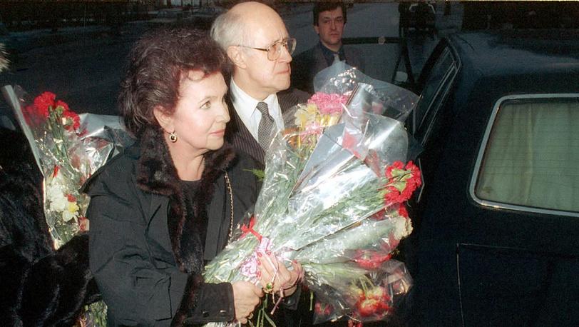 """Ростропович и Вишневская в аэропорту """"Шереметьево-2"""", 1990 год"""