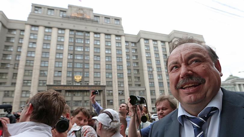 Кандидат от оппозиции на пост губернатора Московской области Геннадий Гудков у здания Госдумы