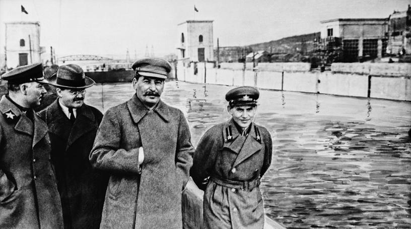 Климент Ворошилов, Вячеслав-Молотов, Иосиф-Сталин и Николай Ежов на канале Москва - Волга. 1937-год