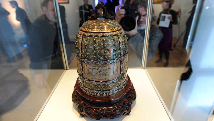 Сосуд, украшенный эмалью клуазоне и выполненный в форме храмового колокола