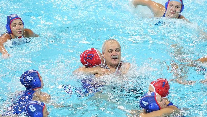Александр Кабанов и спортсменки празднуют победу на чемпионате Европы. 2010 год