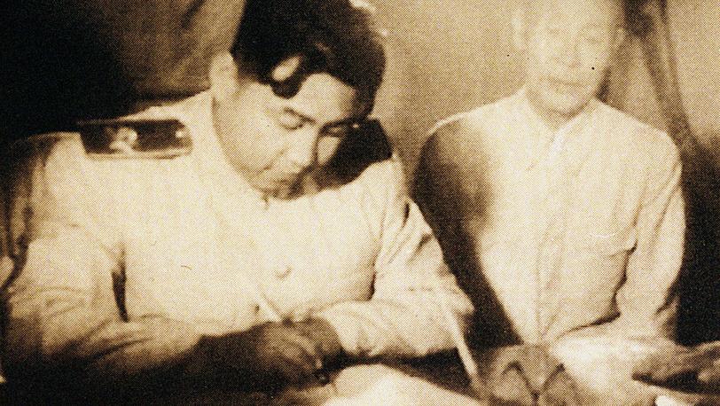 лидер Северной Кореи Ким Ир Сен подписывает договор о перемирии. Фото EPA/ИТАР-ТАСС