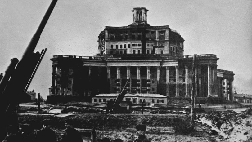 Здание театра Советской Армии в дни обороны Москвы