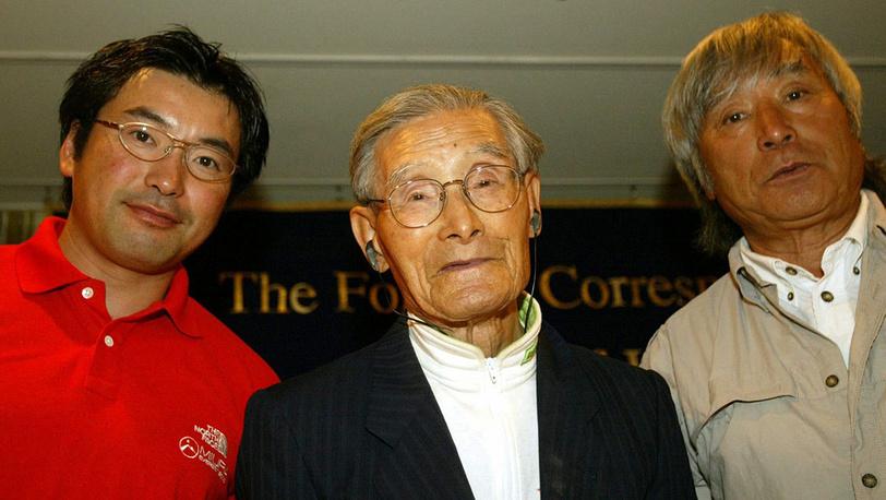 2003 год. Юитиро Миура (справа) с сыном Гото и отцом Кейдзо, который в 101 год активно катался на лыжах