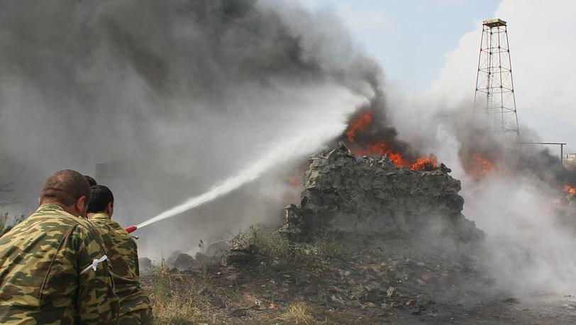 Тушение горящего дома после артобстрела в Цхинвали. Фото ИТАР-ТАСС/ Сергей Узаков