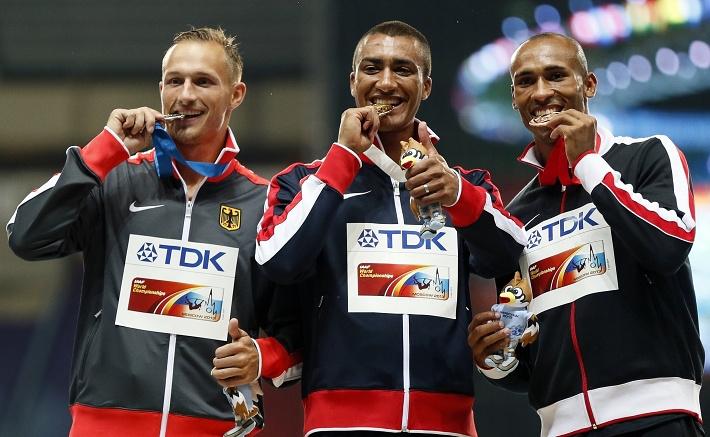 Медалисты соревнований десятиборцев /слева направо/: Михаэль Шрадер /Германия/, Эштон Итон /США/, Дэмьен Уорнер /Канада/