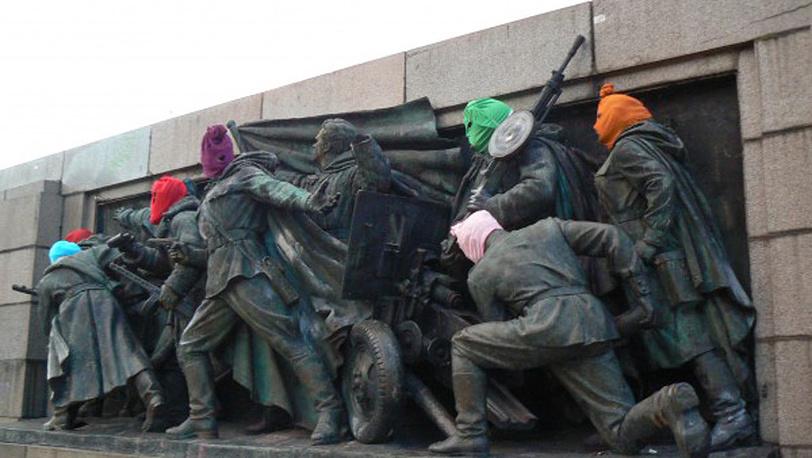 17 августа. В Софии осквернен памятник воинам Советской Армии. На головы скульптур надели цветные балаклавы