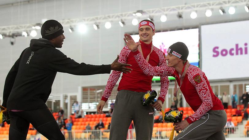После награждения (слева направо) Шэни Дэвис, Денис Юсков и Иван Скобрев