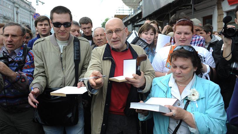 Писатель Борис Акунин (в центре) раздает автографы