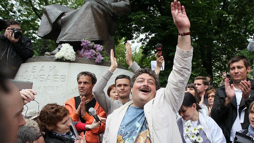 Дмитрий Быков у памятника Абаю Кунанбаеву на Чистопрудном бульваре