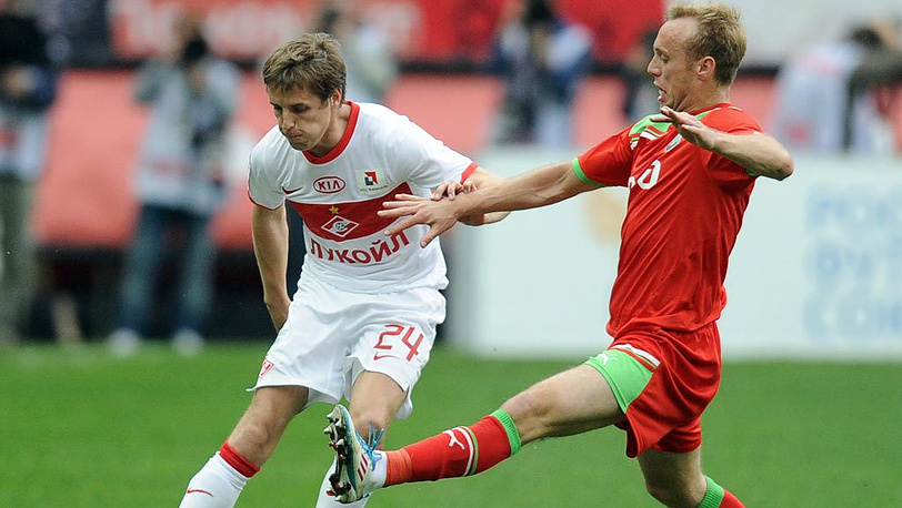 Игроки «Спартака» Кирилл Комбаров и «Локомотива» Денис Глушаков