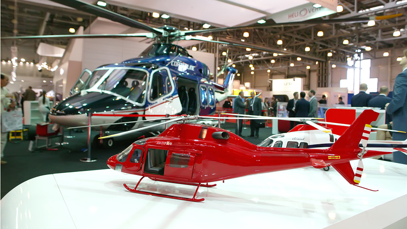 Модель AW-119KE на фоне вертолёта AW-139 на выставке HeliRussia-2012