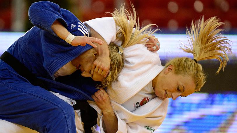 Ева Черновицки (Венгрия, слева) против Шарлин ван Сник из Бельгии, вес до 48 кг