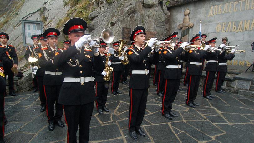 Музыканты-суворовцы исполняют российский гимн