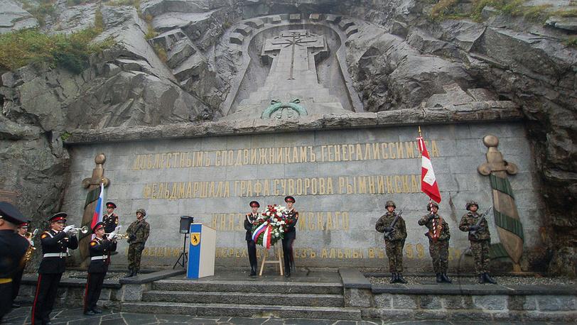 Возложение цветов к метровому памятнику-кресту